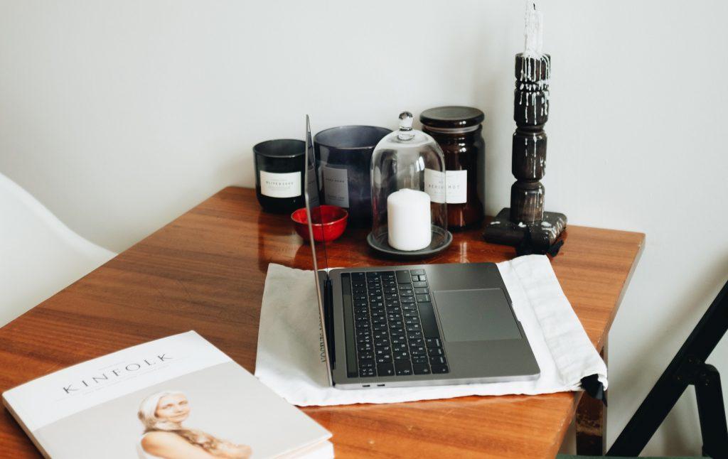 design inredning laptop på skrivbord arkiv