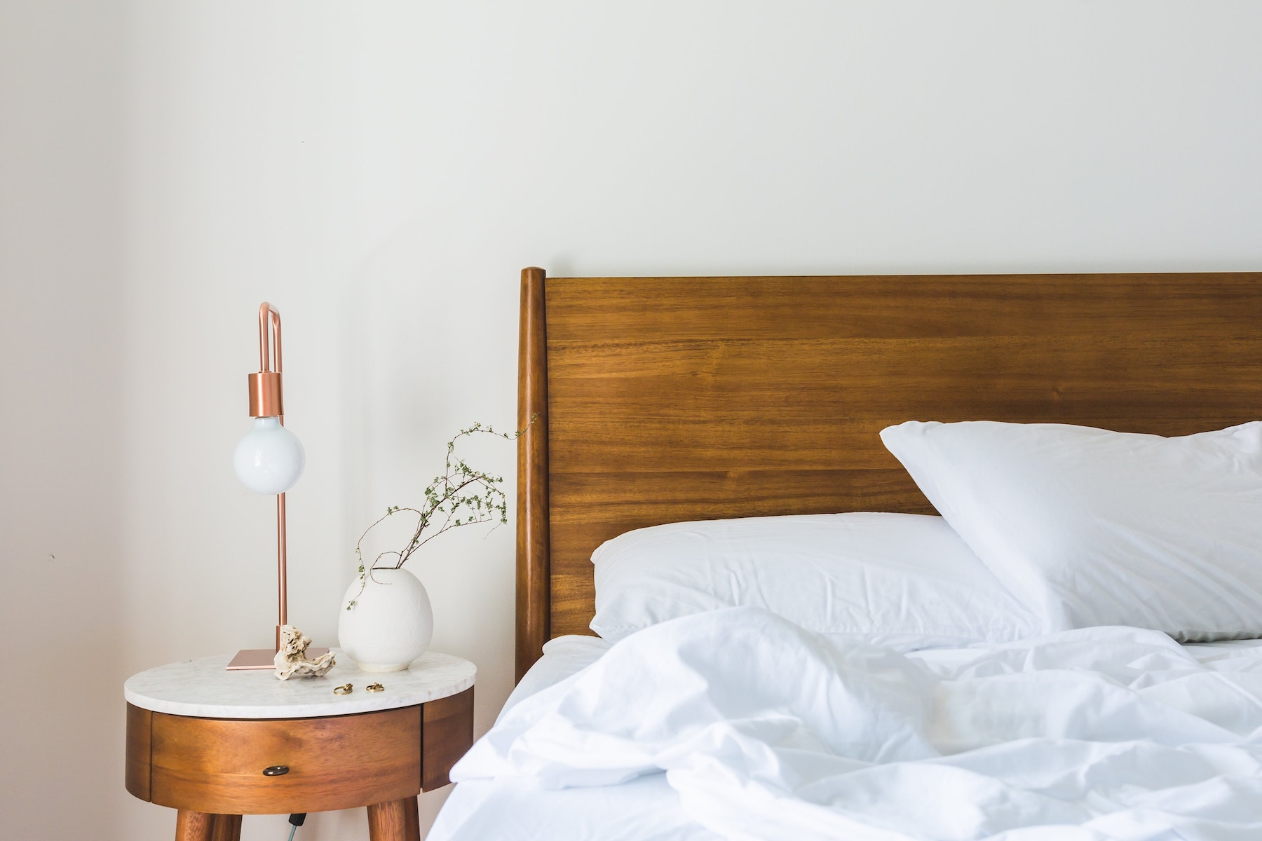 omslagsbild med en säng hos designinredning