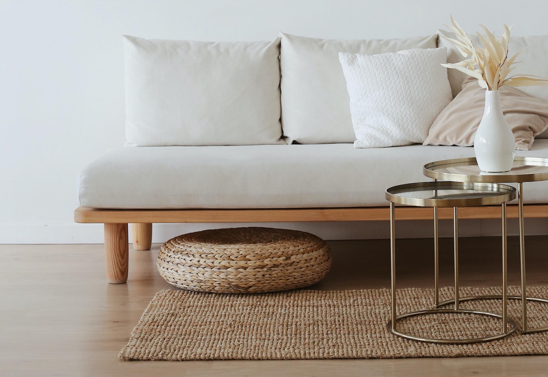 soffa hos designinredning med vas