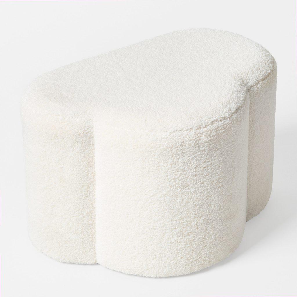 Sittpuffen Molle från Åhlens i vit textil