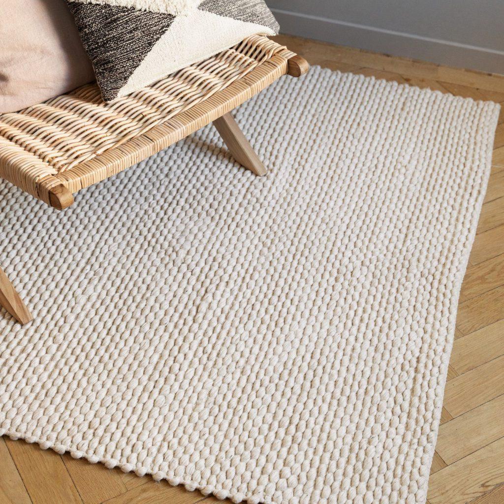 vit matta från granit i kombination med möber