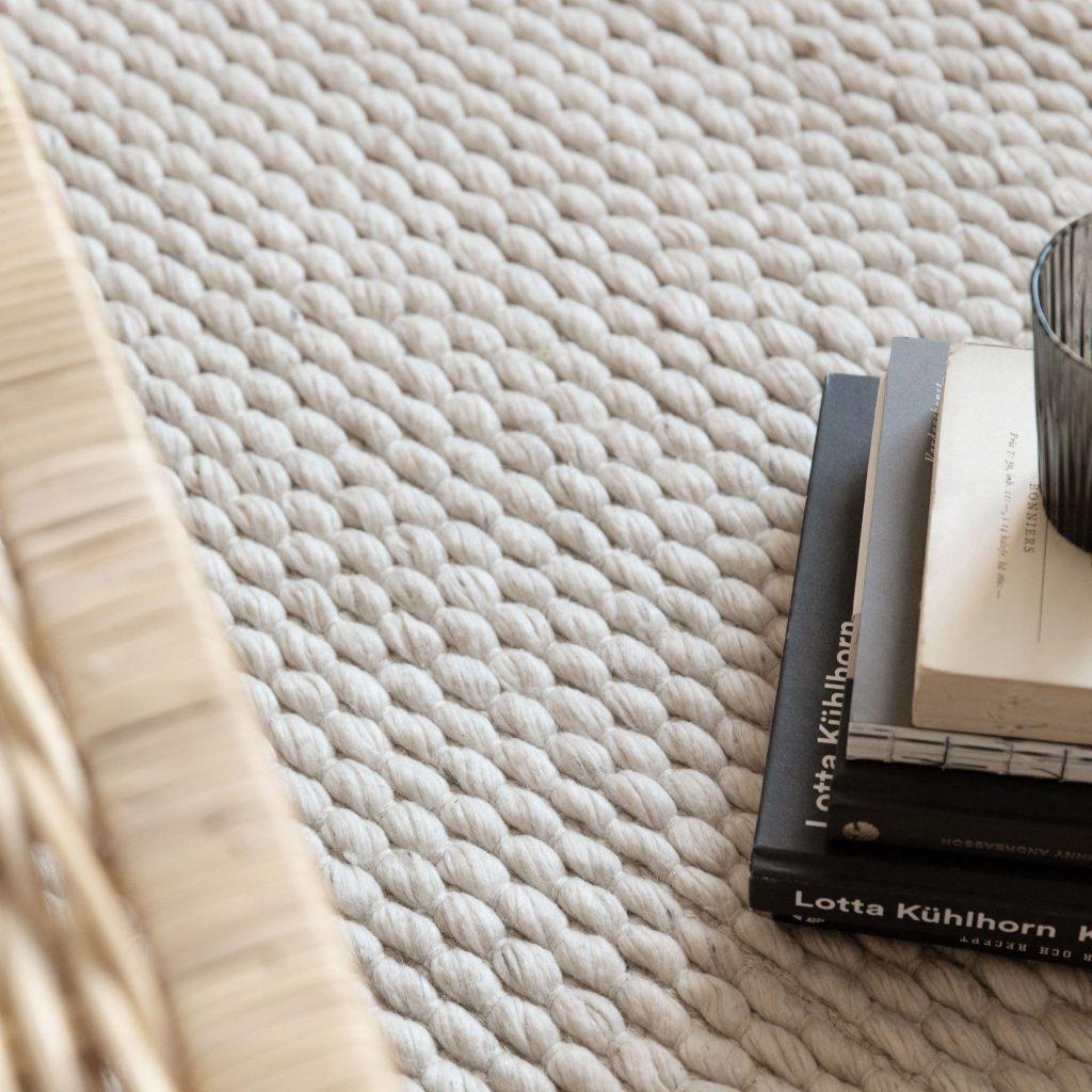 inzommad del av en vit matta från granit